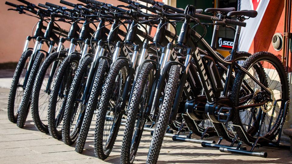 bici in fila al col del sole bike hotel