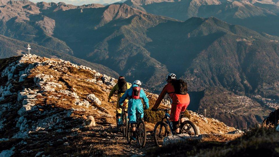 bikers sulla citta di roccia