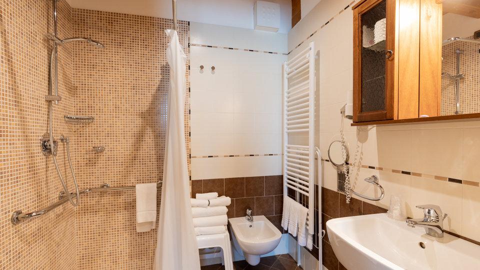 ampio bagno hotel col del sole n1